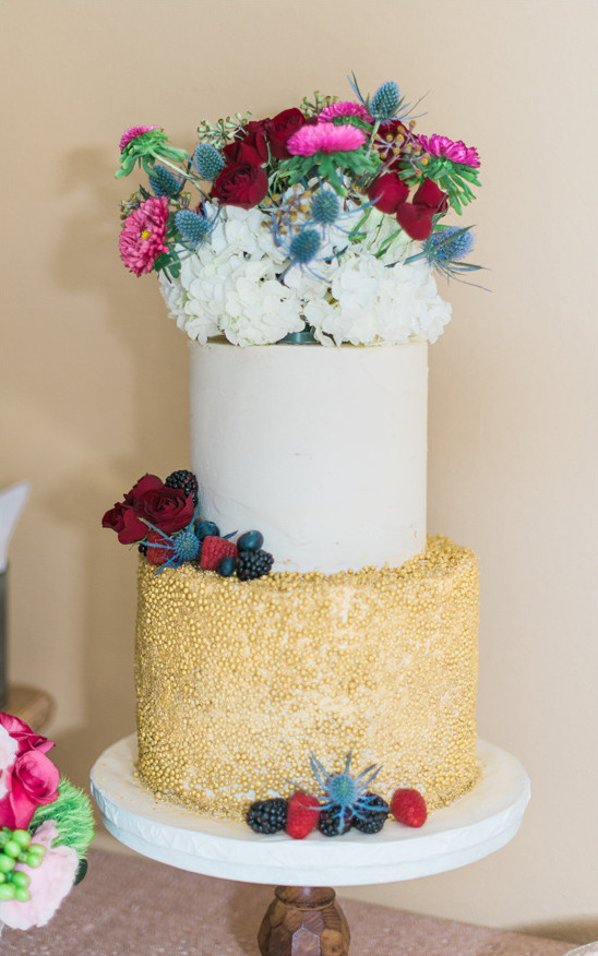 flower topped white and gold wedding cake @weddingchicks