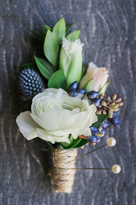 white and blue boutonniere @weddingchicks