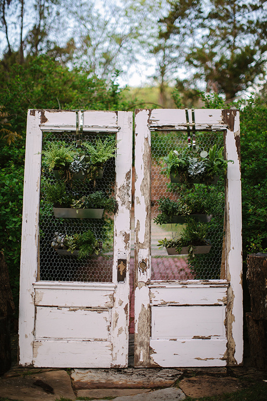 vintage doors as ceremony backdrop @weddingchicks
