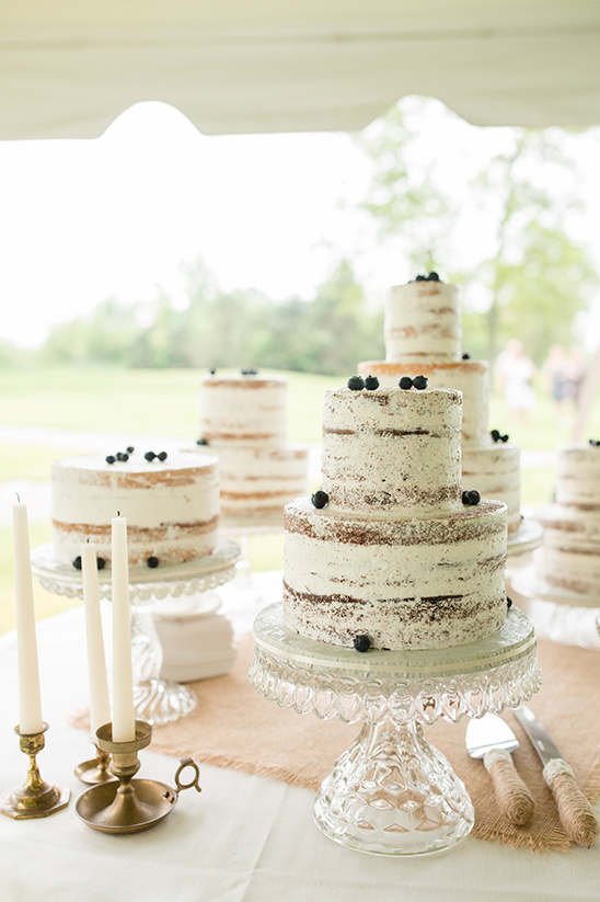 naked cake with berries @weddingchicks