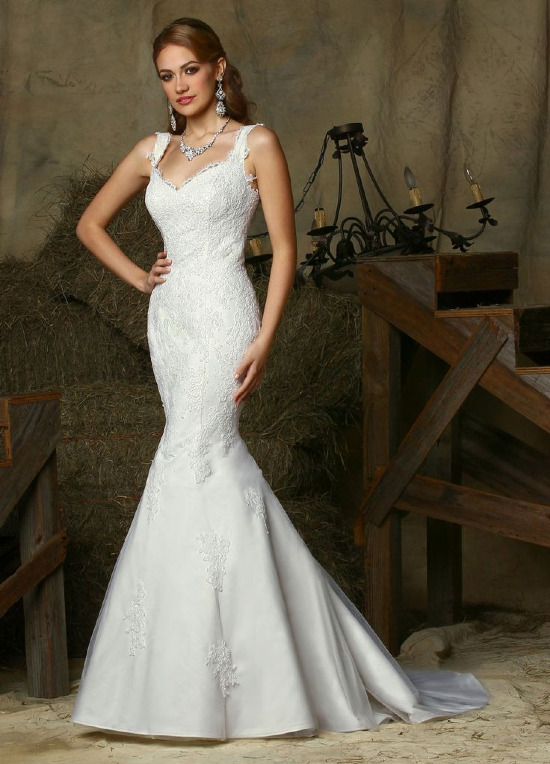 Sweetheart lace wedding dress from DaVinci @weddingchicks