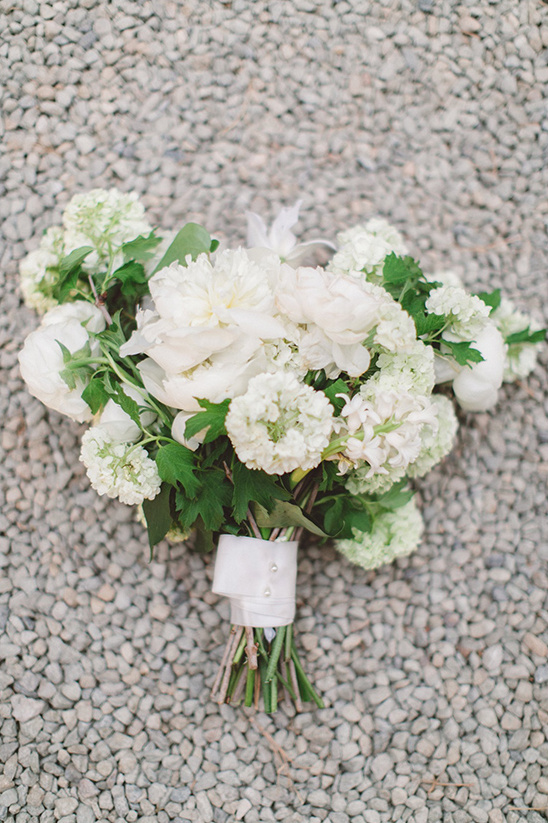 white wedding bouquet @weddingchicks