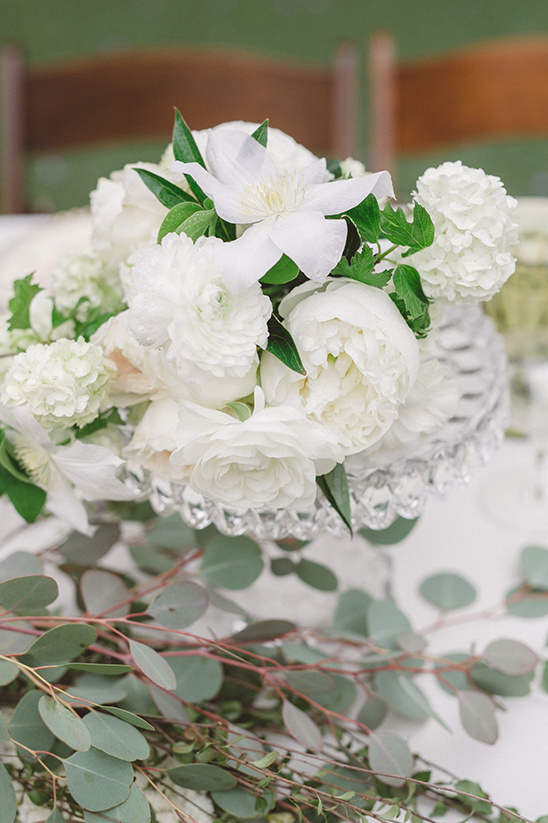 big white blooms floral centerpiece @weddingchicks