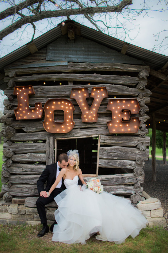 light up love sign @weddingchicks