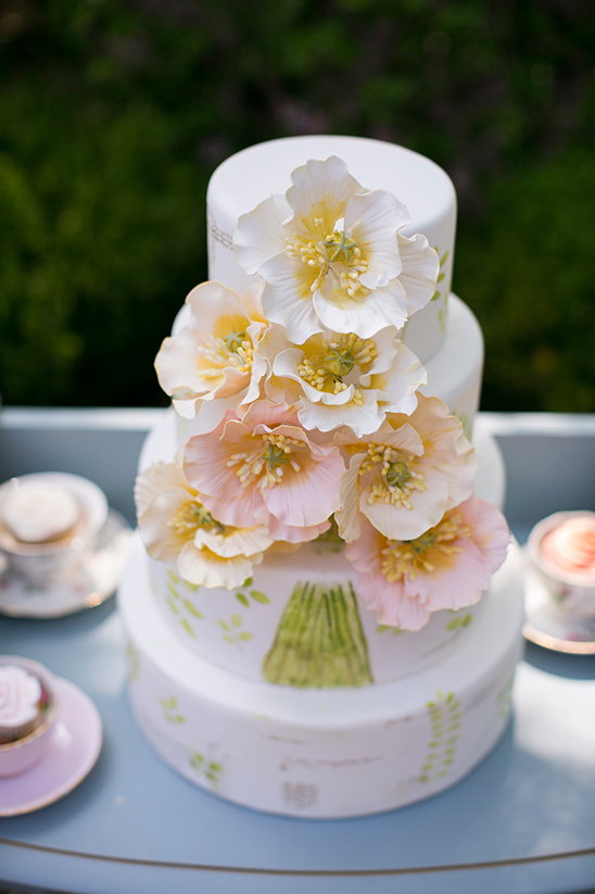 flower filled wedding cake @weddingchicks