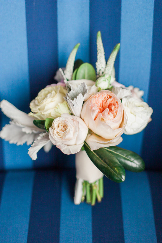 peach and white rose bouquet @weddingchicks