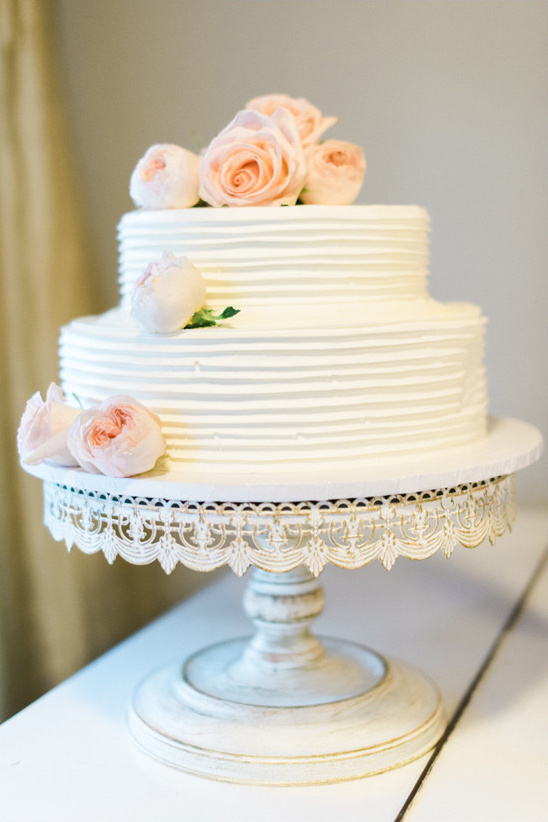 peach garden rose topped cake @weddingchicks