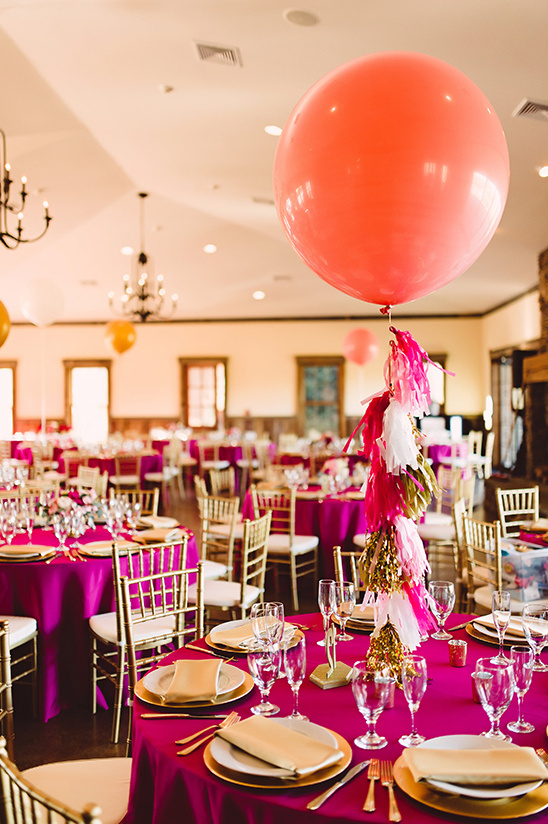 giant balloon centerpiece idea @weddingchicks