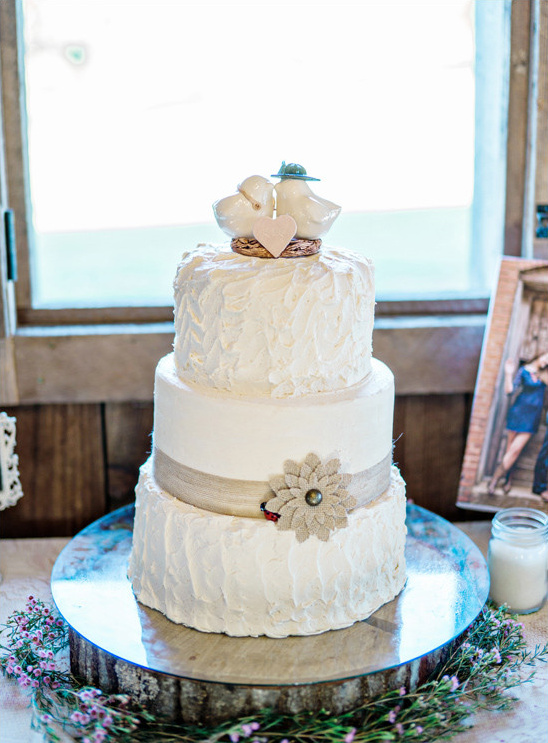 rustic burlap accented cake @weddingchicks