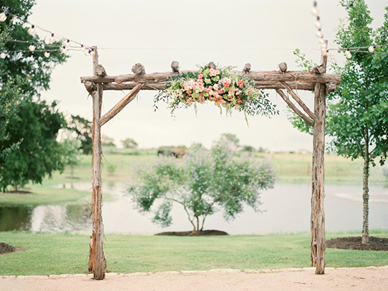 wood and floral ceremony arch @weddingchicks
