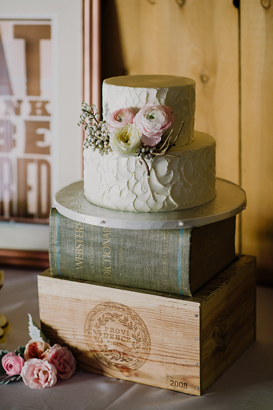 rustic white wedding cake @weddingchicks