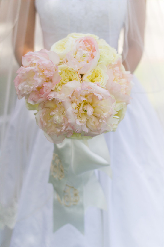 peony and garden rose bouquet @weddingchicks