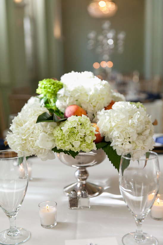 hydrangea and peach centerpiece @weddingchicks