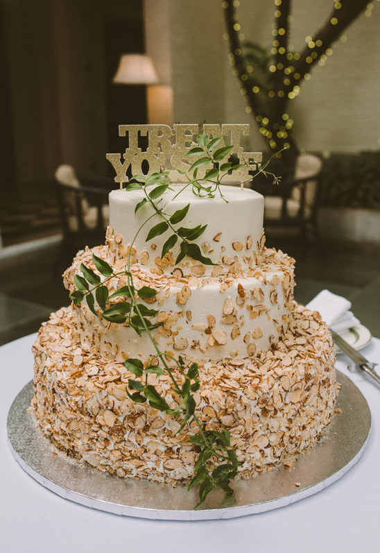 ivy accented wedding cake @weddingchicks