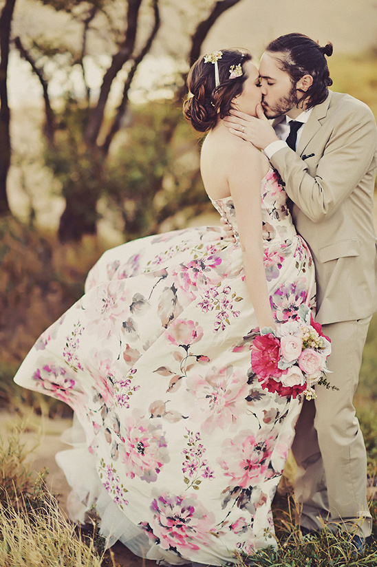 romantic wedding kiss @weddingchicks