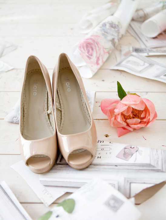 nude peep toes @weddingchicks