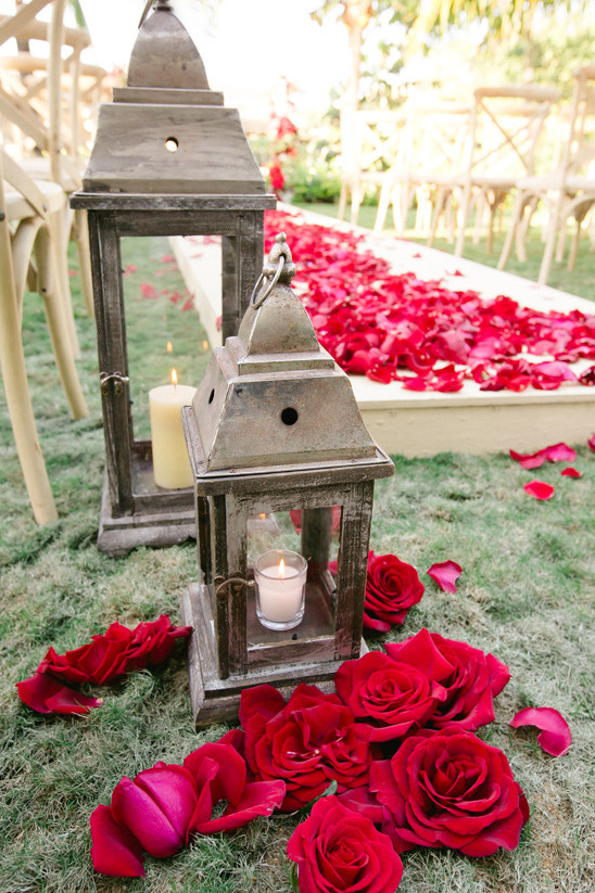rose and lantern wedding decor @weddingchicks