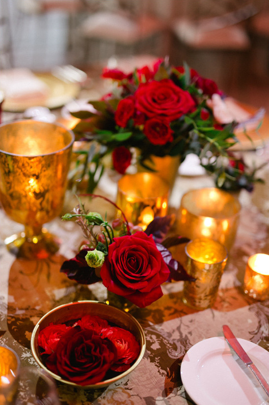 roses and gold centerpiece @weddingchicks