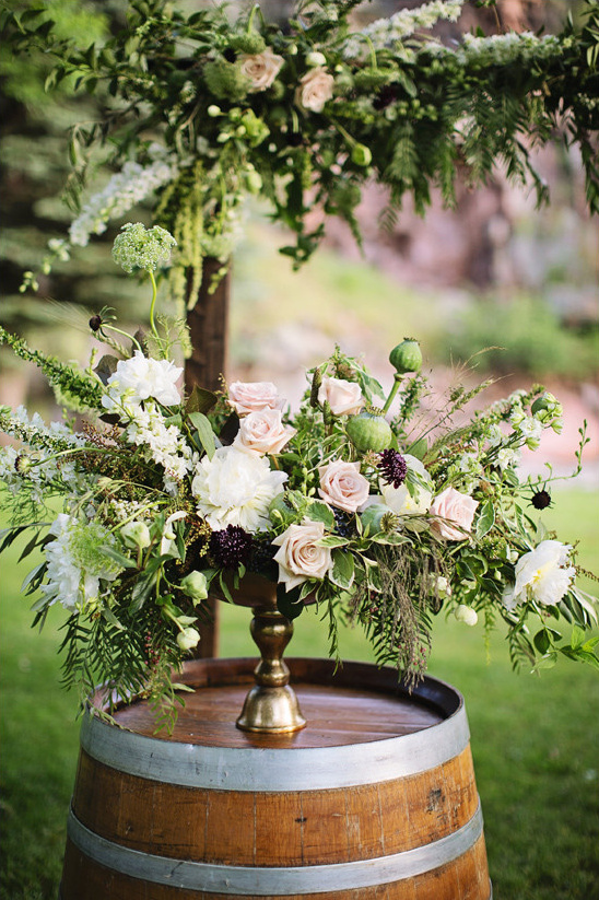 alter flower decor @weddingchicks