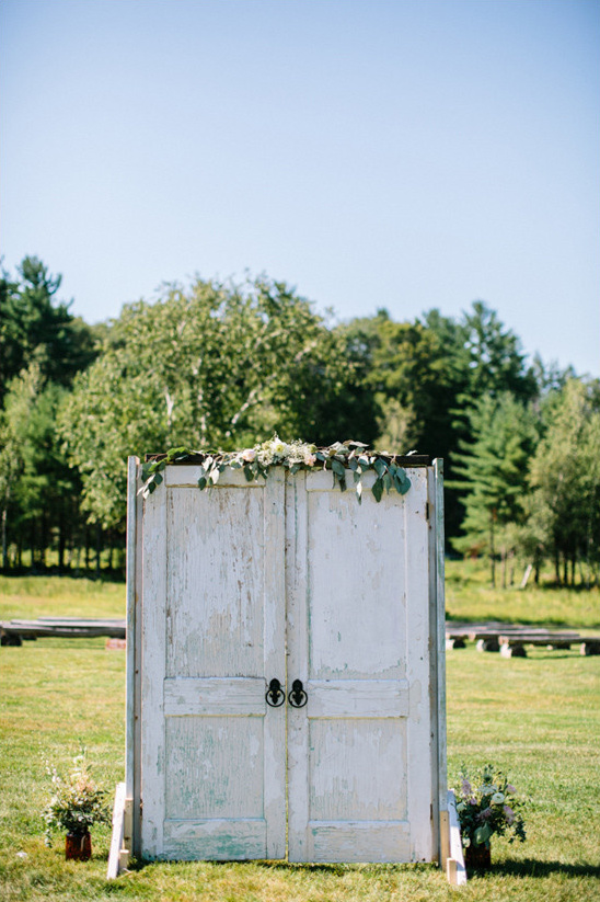 rustic wedding backdrop @weddingchicks