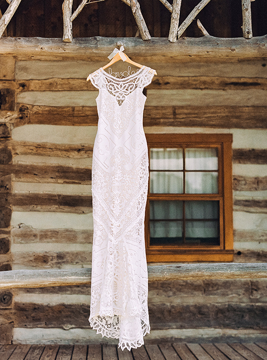 lace wedding dress @weddingchicks