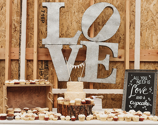 rustic dessert table @weddingchicks