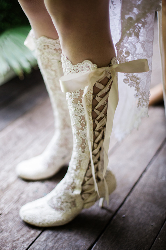lace up wedding shoes @weddingchicks