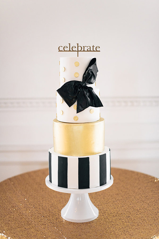 black white gold wedding cake @weddingchicks