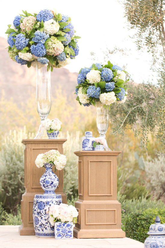 blue and white ceremony decor @weddingchicks