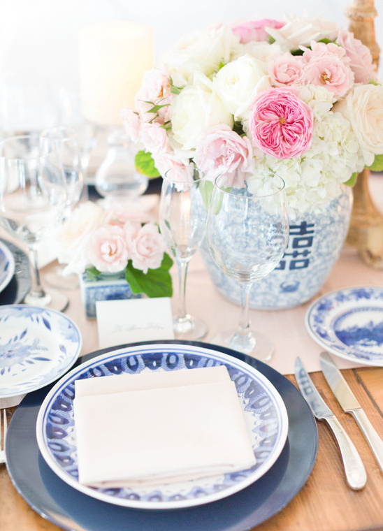 blue and white table setting @weddingchicks