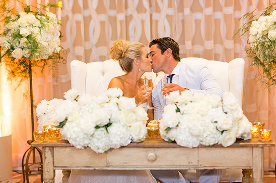 sweetheart table kiss @weddingchicks