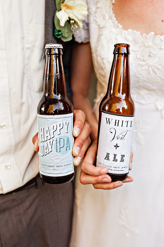 bride and groom beers @weddingchicks