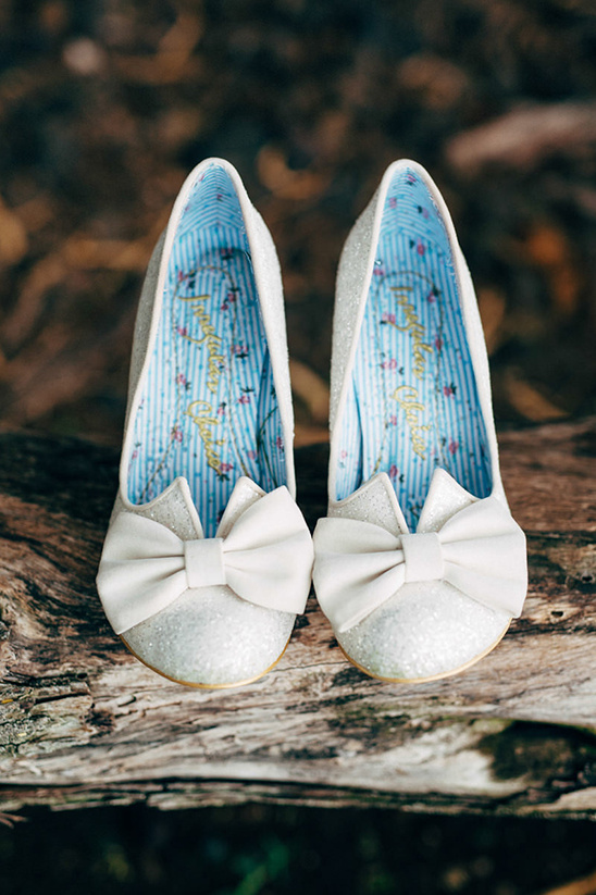 white wedding shoes with bows @weddingchicks