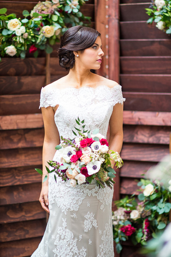 beautiful lace wedding dress @weddingchicks