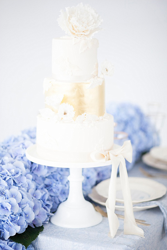 white and gold wedding cake @weddingchicks