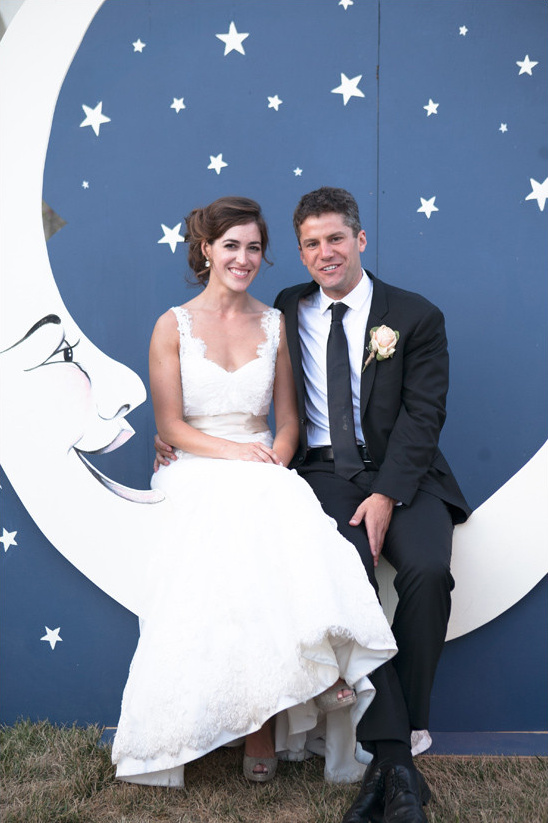 moon photo booth @weddingchicks