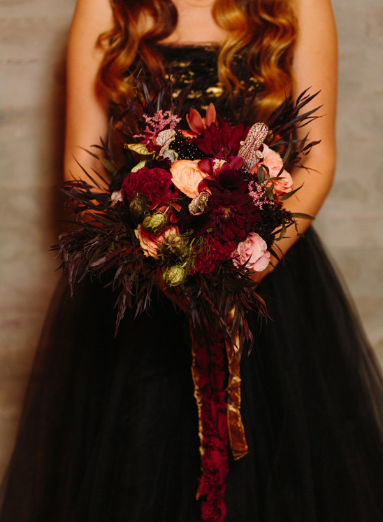 dark bouquet @weddingchicks
