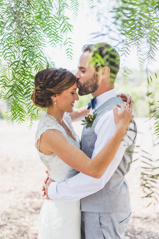 wedding forehead kiss @weddingchicks