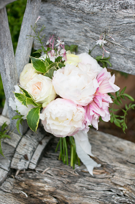 white and pink bouquet @weddingchicks