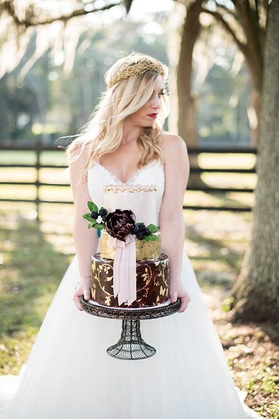 wedding cake and bride @weddingchicks