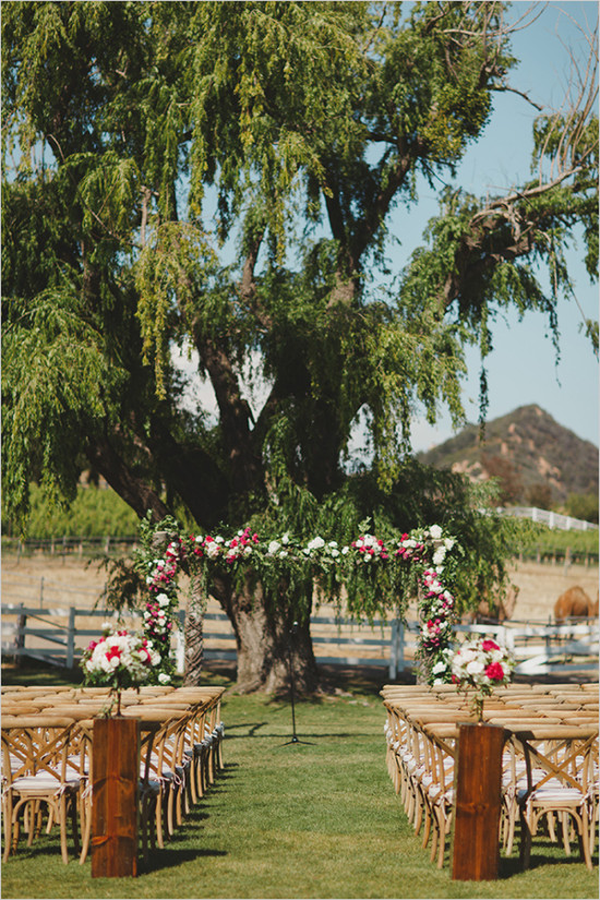outdoor wedding ceremony under a tree @weddingchicks