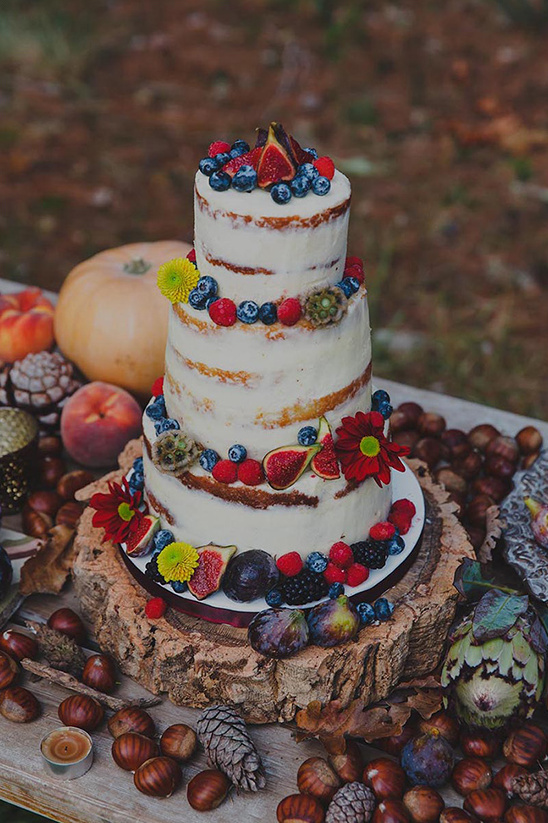 rustic wedding cake @weddingchicks