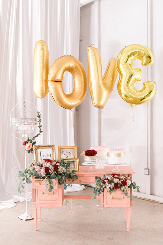 gold and pink cake table decor @weddingchicks