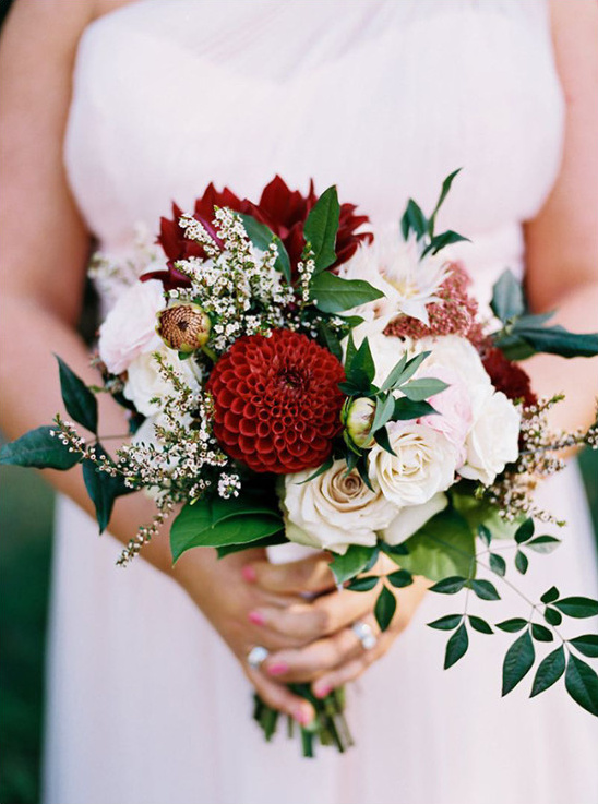 red and white bouquet @weddingchicks