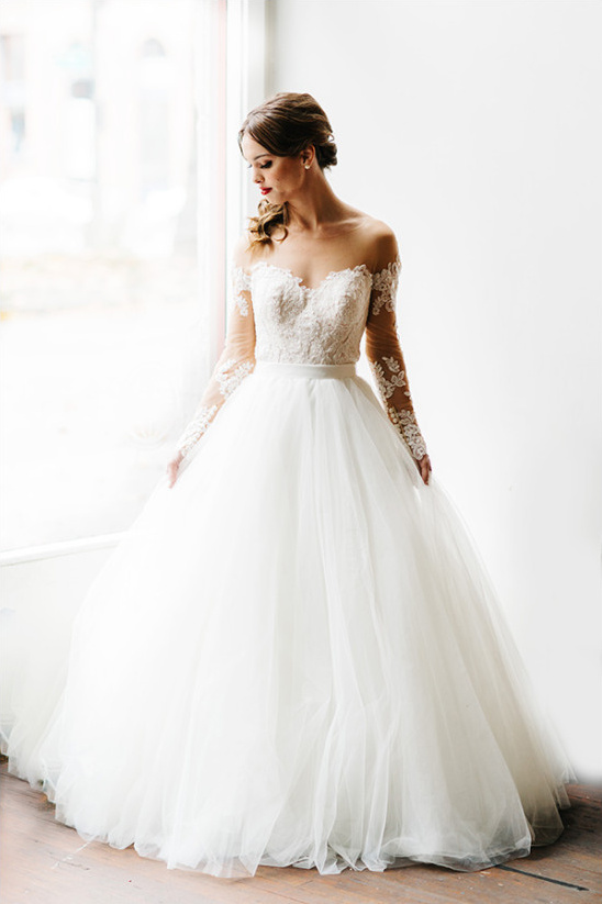gorgeous wedding dress with sleeves @weddingchicks