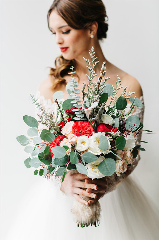 red and white wedding bouquet @weddingchicks