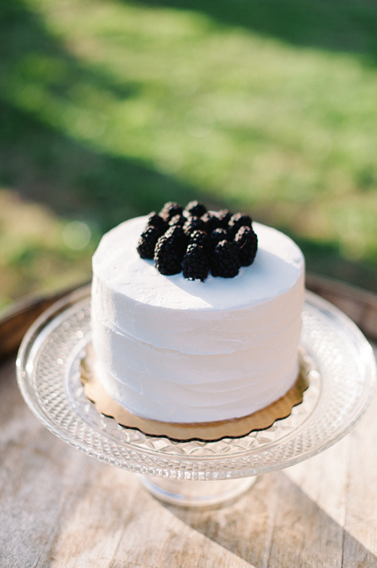 white wedding cake with blackberries @weddingchicks