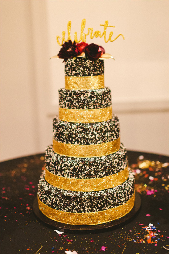 black and gold wedding cake @weddingchicks