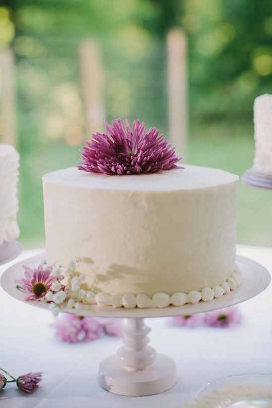purple and white wedding cake @weddingchicks