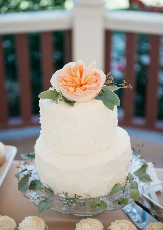 rose topped cake @weddingchicks